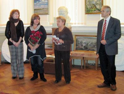 Під час відкриття виставки. У центрі завідуюча відділу мистецтв бібліотеки Тетяна Щурова